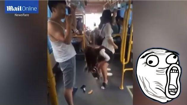 ¡Esta joven le bajó el pantalón a un pasajero y lo peor vino después! [VIDEO]