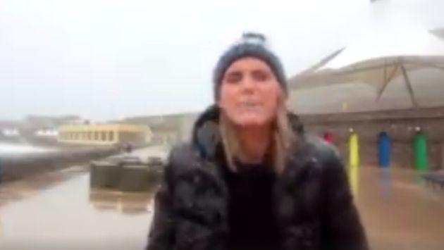 Mira qué impidió que esta reportera terminara de hacer una transmisión en vivo [VIDEO]