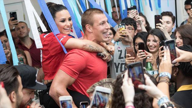 Por el estreno de 'Sorry Not Sorry', Demi Lovato dio fiesta para 200 fans [FOTOS Y VIDEO]