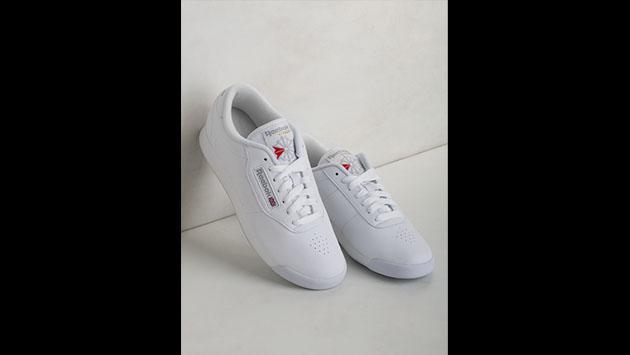 ¿Por qué las zapatillas blancas y estos otros modelos están de moda? [FOTOS]