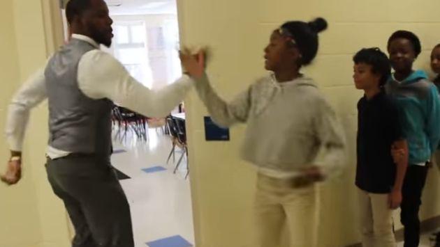 Este profesor y su peculiar forma de saludar a sus alumnos se vuelve viral [VIDEO]