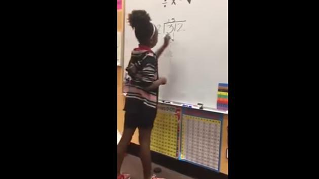 ¡Profesora enseña matemáticas al ritmo de rap! [VIDEO]