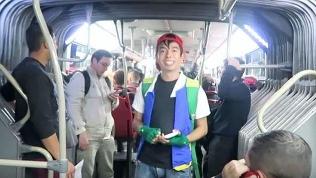 Quiso cantar el 'Pokérap' en un bus... y le roban el celular [VIDEO]