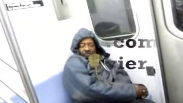 OMG! Hombre dormía en tren hasta que una rata le saltó al rostro [VIDEO]