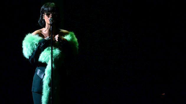 Rihanna rompe en llanto durante concierto y preocupa a sus fans [VIDEOS]