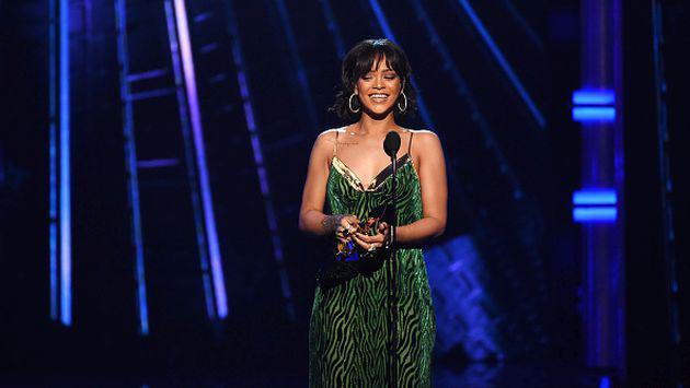 La peculiar manera de Rihanna de recompensar a sus fans por demora en concierto [FOTO]