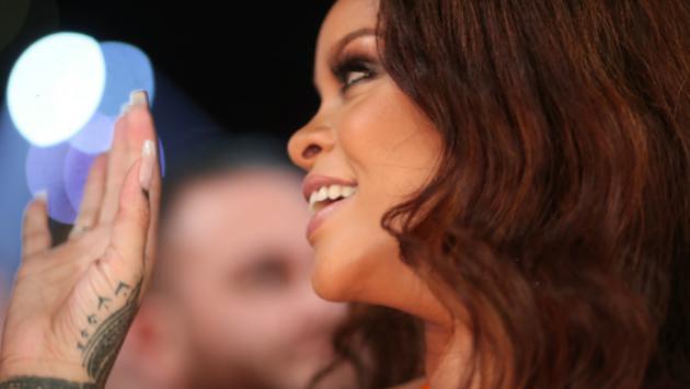 ¿Romance a la vista? Rihanna es captada besando a multimillonario saudí en Ibiza [FOTO]
