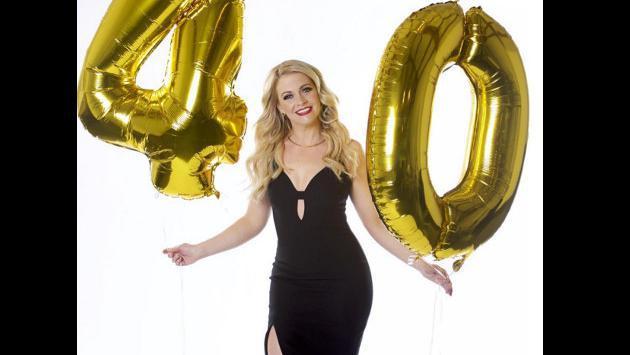 ¡Actriz de 'Sabrina: La bruja adolescente' posó en ropa de baño a sus 40 años! [FOTOS]