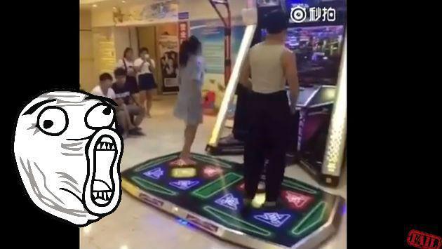 ¡Estaba tan concentrada en videojuego de baile que dejó caer su ropa interior! [VIDEO]