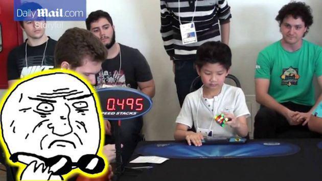 OMG! Este niño resuelve de una forma alucinante el cubo de Rubik [VIDEOS]