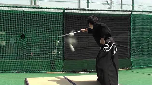 ¡Este samurái sorprende por su velocidad y concentración!