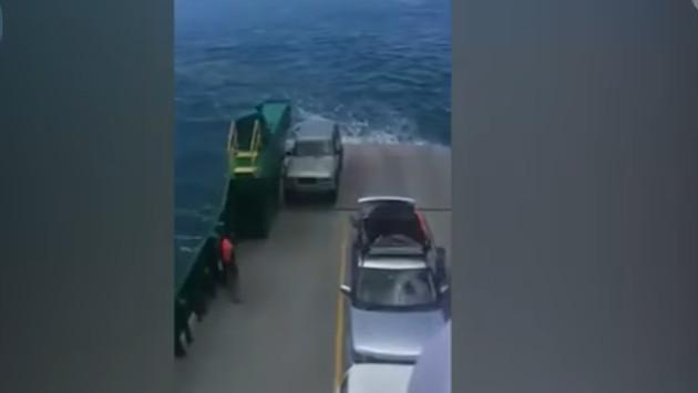 ¡Se olvidaron poner el freno de mano a su auto y esto pasó! [VIDEO]