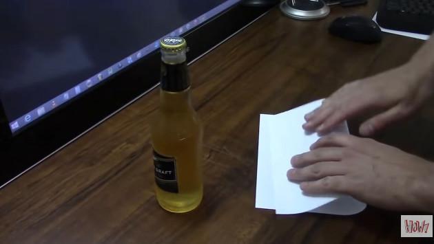 ¿Se puede destapar una botella con una hoja de papel? Checa este video