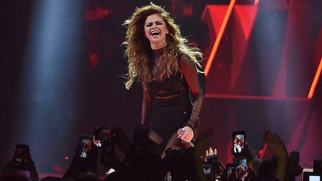 Selena Gomez sufrió fuerte caída en pleno concierto y así reaccionó [VIDEO]