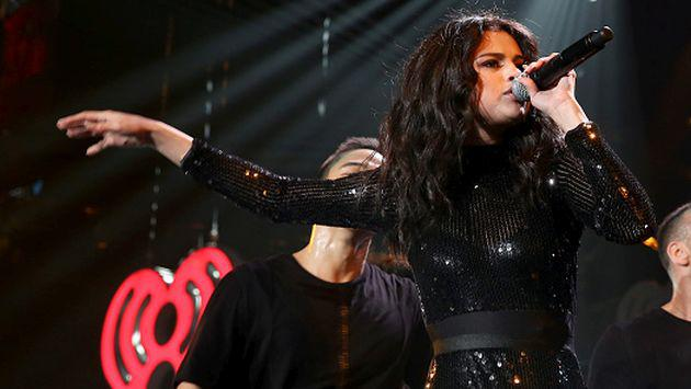 ¡Selena Gomez se transformó en Rihanna y bailó 'Work' en un bar! [VIDEOS]