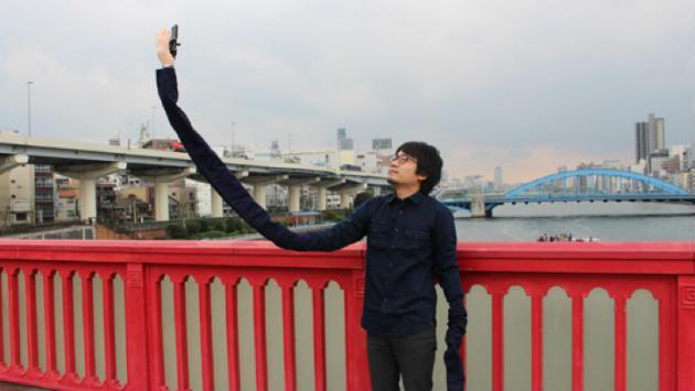 ¡Ya nadie se burlará de ti por usar un selfie stick! Japonés inventa el 'brazo selfie'