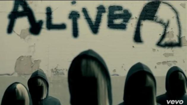 Sia crea grafiti para lyric video de 'Alive'