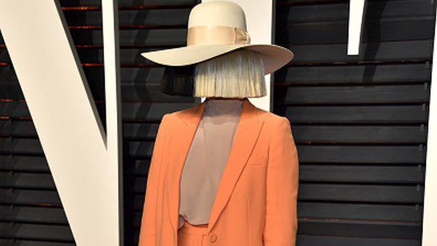 ¡Sia sin peluca! Así lució la cantante en aeropuerto [FOTO]