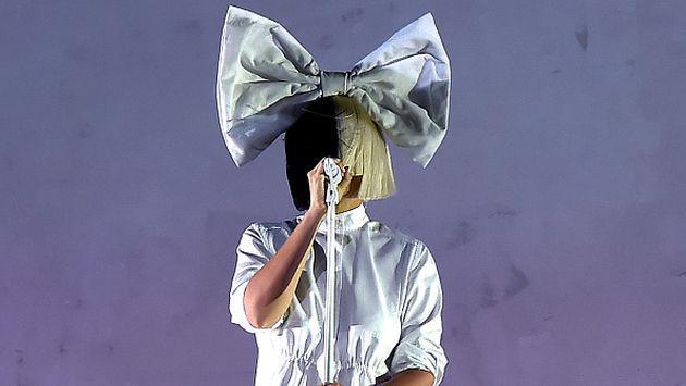OMG! ¡El rostro de Sia quedó al descubierto en pleno concierto! [FOTO]