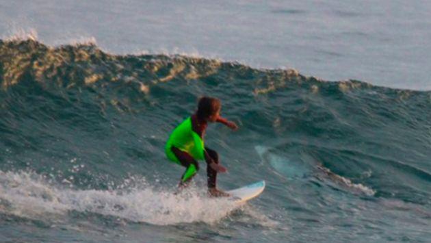 Este niño surfeaba sin saber que se toparía con este animal [FOTO]