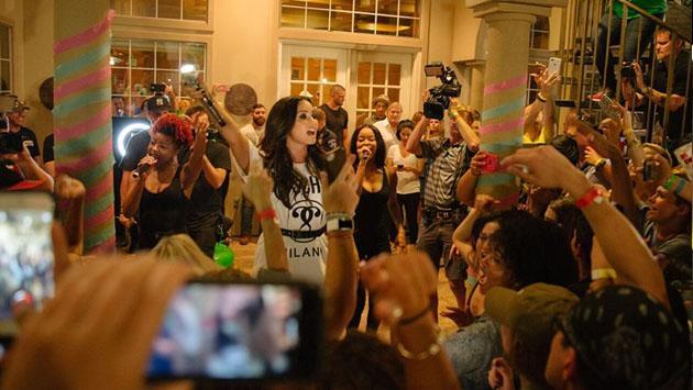 Típico: haces una fiesta en casa y Demi Lovato se aparece de sorpresa [VIDEO]