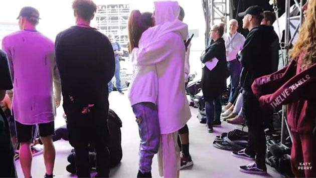 Un momento emotivo entre Ariana Grande y Katy Perry en el backstage [VIDEO]