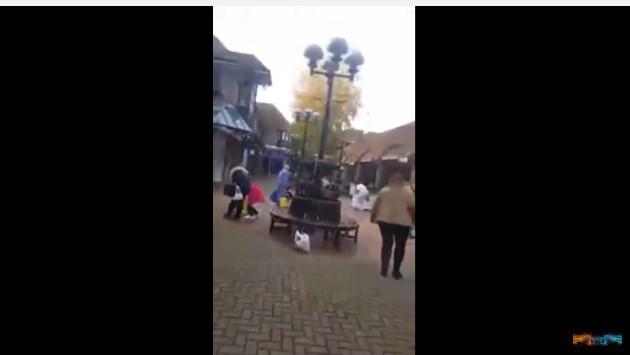 Un video en Youtube muestra a este hombre regalando dinero por Navidad