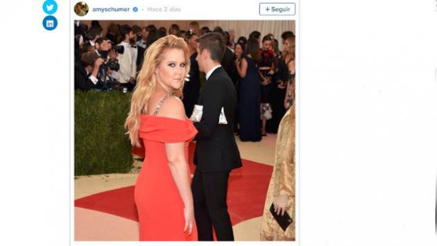 Video de actriz Amy Schumer aplicándose desodorante entre las piernas se ha vuelto viral