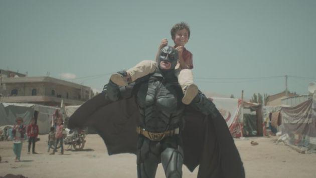 Batman y el niño sirio en el campo de refugiados: El video viral que te hará reflexionar sobre la guerra