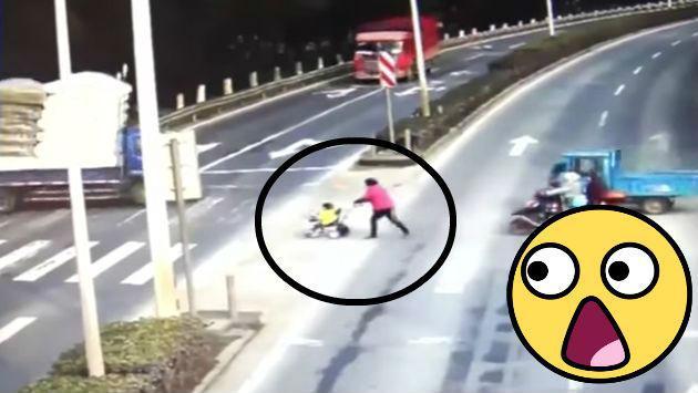 ¡El aterrador momento en que un bebé en coche salva de morir en plena autopista! [VIDEO]