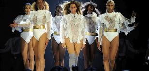 OMG! ¡Beyoncé le envió tierno mensaje a Jay Z durante concierto! [VIDEO]