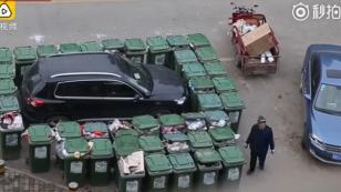 ¡Conductor recibe singular llamada de atención por estacionarse mal! [VIDEO]