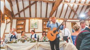 Ed Sheeran tocó de sorpresa en una boda. Te conmoverá por qué lo hizo