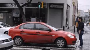 ¡Hombre protestó de esta forma ante vehículos estacionados en crucero peatonal! [VIDEO]