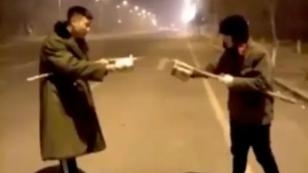 ¿A lo 'Harry Potter'? ¡Insólita batalla de fuegos artificiales en plena calle! [VIDEO]
