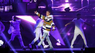 Justin Bieber vuelve a llamar la atención a sus fans en concierto [VIDEO]