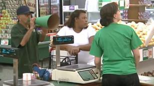 ¡No dejes de ver la broma del megáfono en supermercado! [VIDEO]