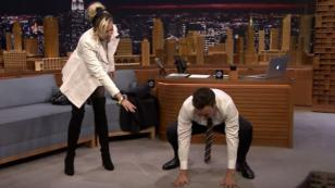 Miley Cyrus demuestra sus habilidades en el yoga con Jimmy Fallon [VIDEO]