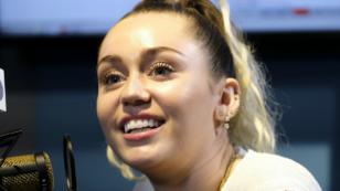 Miley Cyrus es tímida para las fotos, aunque no lo parezca