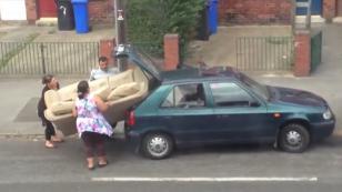 ¡Mira a estas personas tratar de meter un sofá grande en un auto pequeño! [VIDEO]