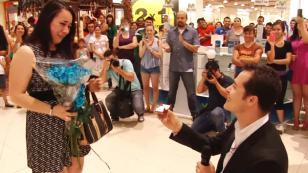 ¡Mira esta singular pedida de matrimonio en un centro comercial! [VIDEO]