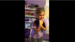 ¡Mira la reacción de esta niña cuando le regalan un gato! [VIDEO]