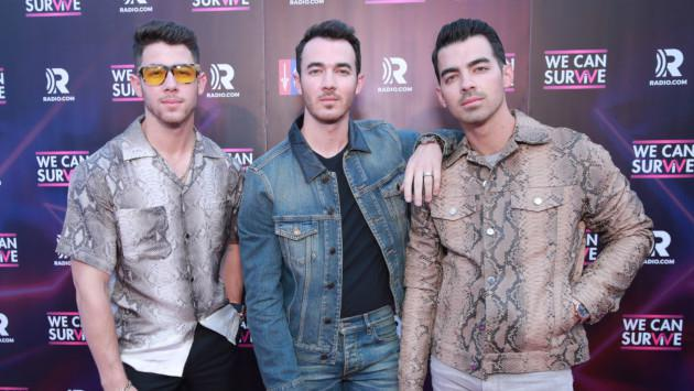 Los Jonas Brothers se ponen festivos con 'Like it's Christmas'