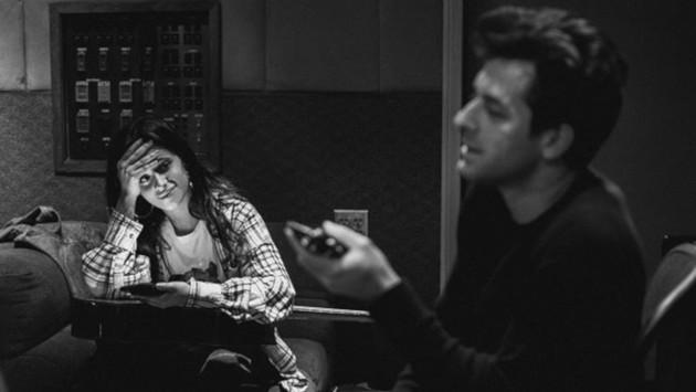 Mark Ronson se enamora de una rubia Camila Cabello en el video de 'Find u again'