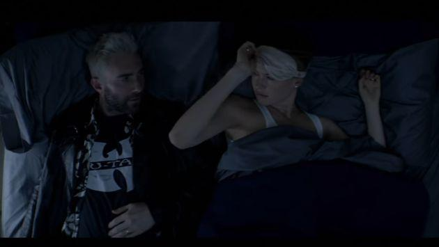 Adam Levine 'engaña' a Behati Prinsloo en el nuevo videoclip de 'Cold' de Maroon 5 [VIDEO]