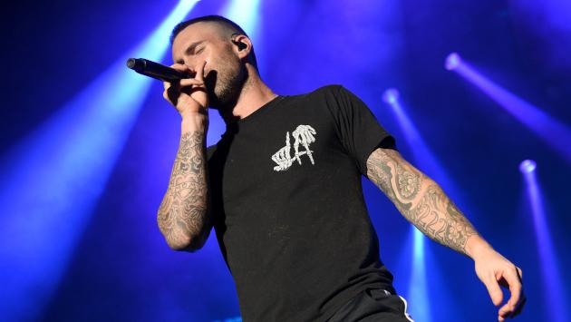 Maroon 5 y Millie Bobby Brown interpretaron 'Girls like you' en un concierto