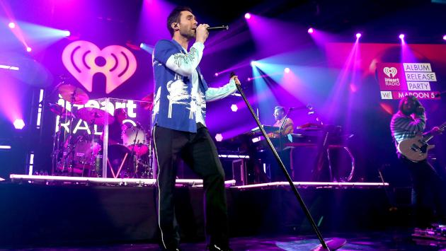 Maroon 5 y Sia piden celebrar el movimiento solidario Giving Tuesday