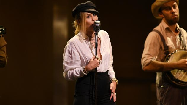 Miley Cyrus interpretó 'Nothing breaks like a heart' en 'Saturday Night Live'