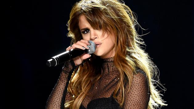 Selena Gomez realiza un playback del tema 'Be good to me' de Ashley Tisdale